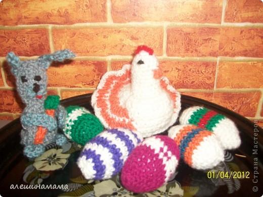 Перед пасхой на меня чтото нашло, и я за пару вечеров навязала яиц, кролика, и курочку. фото 1
