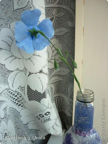 Увидела я в рекламном каталоге вот такой цветок, загорелась сразу, ну,знаете, как бывает -  хочу и все! Уже прикинула, как и что лепить буду, тем более, что глина Fleur оставалась от пролесок. Ну и  сваяла! Только вот с прожилками промахнулась немного. Но, думаю, что масляной краской и тонкой кистью можно нарисовать. фото 3