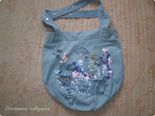 Представляю вам мою летнюю сумку. Собирала её из остатков от джинсовой рубашки (части рукавов и планки), основная часть рубашки преобразовалась в шорты для ребёнка. Размер сумки 34*34 см, ручки 54 см. фото 1