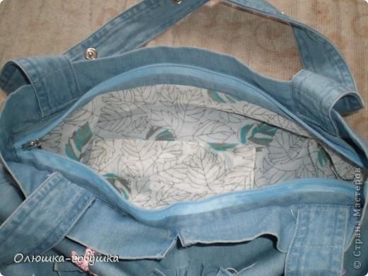 Представляю вам мою летнюю сумку. Собирала её из остатков от джинсовой рубашки (части рукавов и планки), основная часть рубашки преобразовалась в шорты для ребёнка. Размер сумки 34*34 см, ручки 54 см. фото 2
