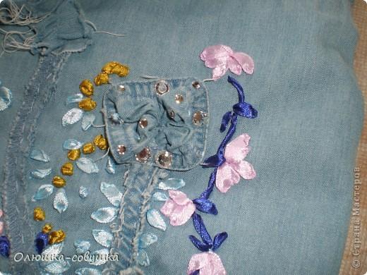 Представляю вам мою летнюю сумку. Собирала её из остатков от джинсовой рубашки (части рукавов и планки), основная часть рубашки преобразовалась в шорты для ребёнка. Размер сумки 34*34 см, ручки 54 см. фото 3