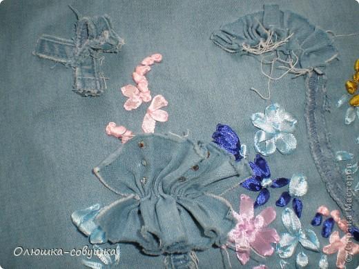 Представляю вам мою летнюю сумку. Собирала её из остатков от джинсовой рубашки (части рукавов и планки), основная часть рубашки преобразовалась в шорты для ребёнка. Размер сумки 34*34 см, ручки 54 см. фото 4