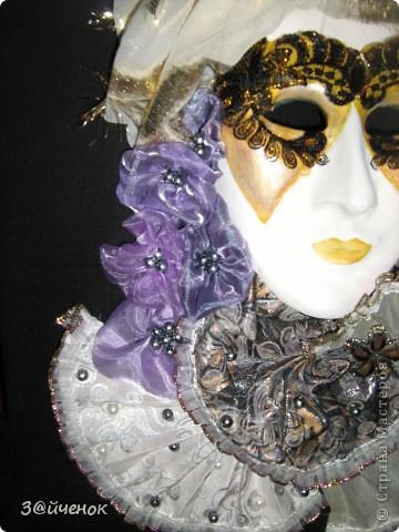 История карнавала в Венеции и традиционной венецианской маски- начинается в средневековье . Венецианский карнавал это одно из самых запоминающихся и зрелищных событий в Италии да наверное и во всем мире. Карнавал в Венеции это театральное массовое представление и обязательными атрибутами которого являются танцы , карнавальные костюмы шитые драгоценными камнями , золотом и конечно же изумительные венецианские маски . Каждый желающий может окунутся в волну безудержного веселья и принять участие в этой зажигательной феерии карнавала примерив на себя красивый театральный образ. Представьте себе – украшенные цветными лентами и тканями лодки плывущие по гладким водам венецианских каналов, отовсюду звучит красивая музыка наполняющая собой каждый дворик и переулок, по всем улицам шествуют не забываемые персонажи в шикарных нарядах и масках . В небе взрываются сверкающими , разноцветными искрами фейерверки. Если вам повезет попасть на такое мероприятие вы как будто окажетесь на другой планете - это просто фантастическое зрелище!  Венецианская Дама (Dama di Venezia) – очень элегантная и изысканная маска, изображающая знатную венецианскую красавицу эпохи Тициана - нарядную, увешанную драгоценностями, с замысловато уложенными волосами. У Дамы есть несколько разновидностей: Либерти, Валери, Саломея, Фантазия и др.  фото 2