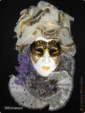 История карнавала в Венеции и традиционной венецианской маски- начинается в средневековье . Венецианский карнавал это одно из самых запоминающихся и зрелищных событий в Италии да наверное и во всем мире. Карнавал в Венеции это театральное массовое представление и обязательными атрибутами которого являются танцы , карнавальные костюмы шитые драгоценными камнями , золотом и конечно же изумительные венецианские маски . Каждый желающий может окунутся в волну безудержного веселья и принять участие в этой зажигательной феерии карнавала примерив на себя красивый театральный образ. Представьте себе – украшенные цветными лентами и тканями лодки плывущие по гладким водам венецианских каналов, отовсюду звучит красивая музыка наполняющая собой каждый дворик и переулок, по всем улицам шествуют не забываемые персонажи в шикарных нарядах и масках . В небе взрываются сверкающими , разноцветными искрами фейерверки. Если вам повезет попасть на такое мероприятие вы как будто окажетесь на другой планете - это просто фантастическое зрелище!  Венецианская Дама (Dama di Venezia) – очень элегантная и изысканная маска, изображающая знатную венецианскую красавицу эпохи Тициана - нарядную, увешанную драгоценностями, с замысловато уложенными волосами. У Дамы есть несколько разновидностей: Либерти, Валери, Саломея, Фантазия и др.  фото 1