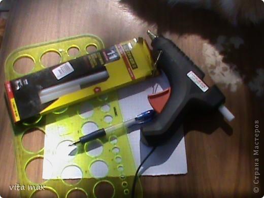 Для работы на данном этапе нам понадобится: пистолет для горячего клея,клеящие карандаши для него,линейка с окружностями разного диаметра,ручка и лист бумаги. фото 1