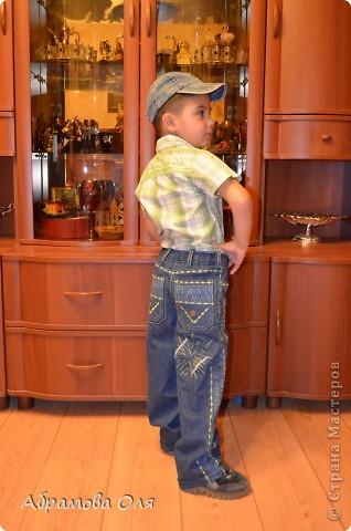 Добрый день, Страна!!! Сижу на даче, кроме продуктовых магазинов рядом ничего нет. Тканюшку прикупить негде. Вот и решила перешивать из старых вещей, заодно и шкафы немного освободить.  Перешила свои старые джинсы в джинсики для сына. От шитья дочиного платья осталась косая бейка, нитки ей в тон и остатки ткани. Пришлось лепить из того, что было под руками. И вот, что получилось в итоге. фото 2
