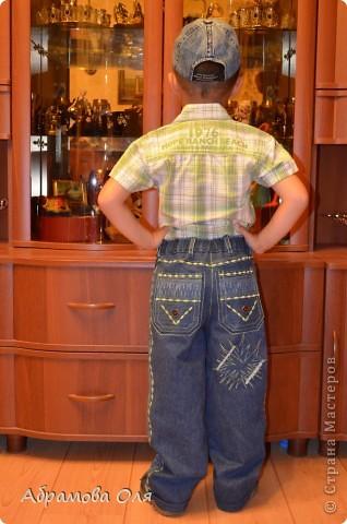Добрый день, Страна!!! Сижу на даче, кроме продуктовых магазинов рядом ничего нет. Тканюшку прикупить негде. Вот и решила перешивать из старых вещей, заодно и шкафы немного освободить.  Перешила свои старые джинсы в джинсики для сына. От шитья дочиного платья осталась косая бейка, нитки ей в тон и остатки ткани. Пришлось лепить из того, что было под руками. И вот, что получилось в итоге. фото 3