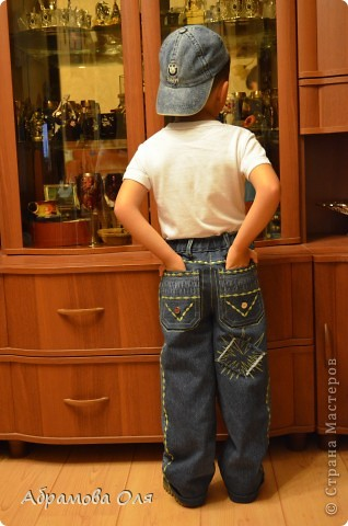 Добрый день, Страна!!! Сижу на даче, кроме продуктовых магазинов рядом ничего нет. Тканюшку прикупить негде. Вот и решила перешивать из старых вещей, заодно и шкафы немного освободить.  Перешила свои старые джинсы в джинсики для сына. От шитья дочиного платья осталась косая бейка, нитки ей в тон и остатки ткани. Пришлось лепить из того, что было под руками. И вот, что получилось в итоге. фото 4