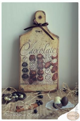 """Последняя доска из серии """"Чоко"""" с изображением конфет, состарена , с имитацией рассыпанного тёртого шоколада. Идея Марины Никулиной. фото 1"""