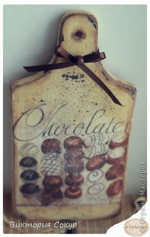 """Последняя доска из серии """"Чоко"""" с изображением конфет, состарена , с имитацией рассыпанного тёртого шоколада. Идея Марины Никулиной. фото 2"""