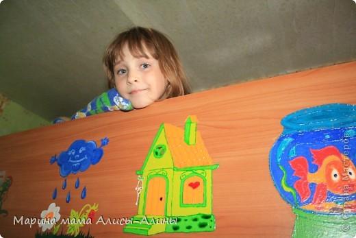 """Алиска на """"втором этаже"""".    Родилась у меня вторая дочка Алина.И купили мы двухэтажную кровать.Смотрела я на неё,смотрела...И решила раскрасить.Навыков  рисования никаких,но получилось на мой взгляд неплохо! фото 1"""