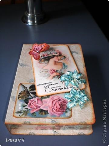 Добрый вечер, дорогие мои Мастерицы! Вот   решила показать вам свою коробочку ( или шкатулочку) даже не знаю, как правильно её назвать....так  понравилась мне эта девушка ...такая нежная и романтическая....Коробочка из обыкновенного картона и распечатанной бумаги...а гардении  тоже мои( но это только первый опыт).... фото 1