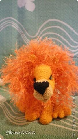 вот такого львенка я связала в подарок на день рождения одному хорошему человеку. рост-13 см, с гривой-16 см. фото 1
