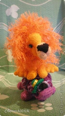 вот такого львенка я связала в подарок на день рождения одному хорошему человеку. рост-13 см, с гривой-16 см. фото 11