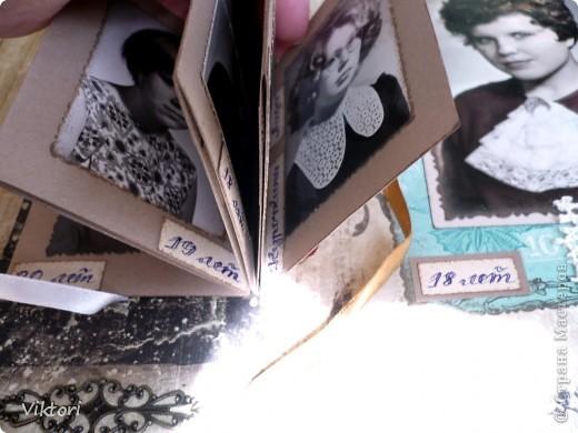 Альбом предназначался к 8 Марта, но не вышло, слишком много страниц, и мама хотела ВСЕ фотографии вместить в альбом. Я попробовала их впихнуть... Около недели только проглядывала всякие альбомы, кто как максимально размещал фотки на одной странице, ну и вот что придумала.  фото 52