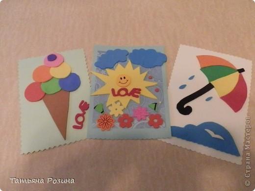 """Всем доброго времени суток. И снова аппликация для маленьких. В работе использованы плотный картон, флексика (об этом материале я писала, но можно использовать цветной картон) и двусторонний  скотч. На каждой открытке с обратной стороны сделали надписи """"Веселого дня"""", """"В жару не забудь про мороженое"""" и """" """"Нам не страшен дождик"""" ( можно придумать любые надписи, согласно сюжету). Детали крепятся на скотч быстро и результат не заставит себя долго ждать. Цветочки  -это уже готовые вырезалки из той же флексики. но можно вырезать и самим. фото 1"""