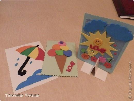 """Всем доброго времени суток. И снова аппликация для маленьких. В работе использованы плотный картон, флексика (об этом материале я писала, но можно использовать цветной картон) и двусторонний  скотч. На каждой открытке с обратной стороны сделали надписи """"Веселого дня"""", """"В жару не забудь про мороженое"""" и """" """"Нам не страшен дождик"""" ( можно придумать любые надписи, согласно сюжету). Детали крепятся на скотч быстро и результат не заставит себя долго ждать. Цветочки  -это уже готовые вырезалки из той же флексики. но можно вырезать и самим. фото 2"""
