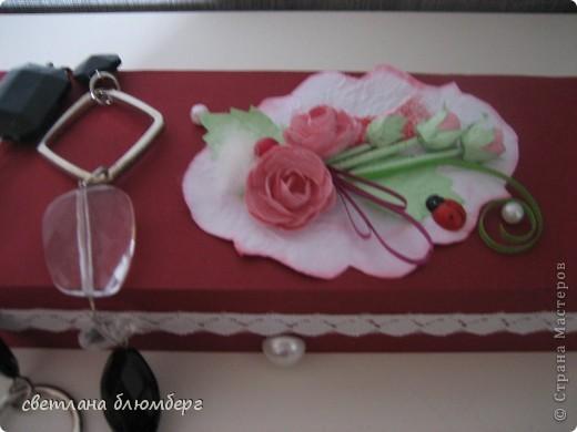 Нашла дома коробочку (белая) и решила ее немного украсить. Вот что у меня получилось. Основа готовая корбка, материал бумага цвет- малиновый, роза сделаны по МК http://astoriaflowers.blogspot.de/2012/01/blog-post_7452.html#more 9 очень мне нравиться их делать), стебельроз использовала зубочистки, обклееные бумагой, бусинки, малиновая бусинка приклеела на пух ( нашла кусочек от куртки). Плохо видно на фото, но я думаю, что придает немного воздушности. Застежки имитировала с помошью половинки бусинки + кружево. фото 3