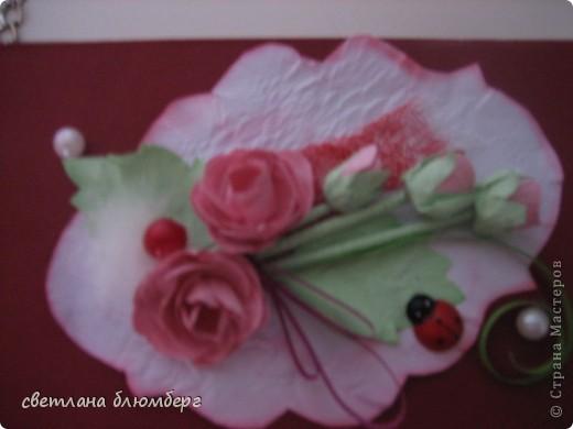 Нашла дома коробочку (белая) и решила ее немного украсить. Вот что у меня получилось. Основа готовая корбка, материал бумага цвет- малиновый, роза сделаны по МК http://astoriaflowers.blogspot.de/2012/01/blog-post_7452.html#more 9 очень мне нравиться их делать), стебельроз использовала зубочистки, обклееные бумагой, бусинки, малиновая бусинка приклеела на пух ( нашла кусочек от куртки). Плохо видно на фото, но я думаю, что придает немного воздушности. Застежки имитировала с помошью половинки бусинки + кружево. фото 4