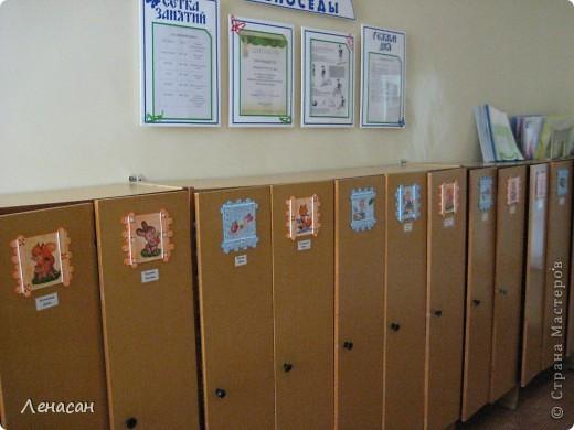 Детскому саду уже 27 лет, шкафчики в раздевальной комнате оставляют желать лучшего и мне захотелось их как-то облагородить и оживить. Увидела в интернете работы с использованием медицинских шпателей http://www.liveinternet.ru/users/4421191/post223415018/ и загорелась. Купила 200 не стирильных шпателей и началась моя работа. Для девочек выбрала салфеточки - таких бирочек 13, а для мальчиков вырезала картинки из книжек - таких бирочек 11 штук. После грунтовки использовала восковые мелки и есть набрызг. фото 10