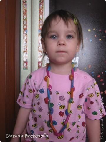 Моей дочери сейчас 2,5 года и время от времени мы что то творим в хорошем смысле этого слова. Вот представляем Вашему вниманию работы за последние полгода (в нескольких частях). Может кому и пригодиться. Подсолнух. Вырезан цветок из картона, в середине прикрепили кусочки пластилина и сверху вдавили семечки. фото 2