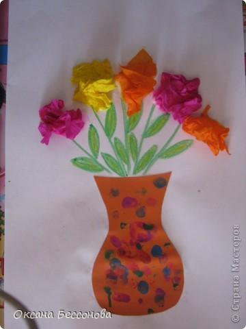 Моей дочери сейчас 2,5 года и время от времени мы что то творим в хорошем смысле этого слова. Вот представляем Вашему вниманию работы за последние полгода (в нескольких частях). Может кому и пригодиться. Подсолнух. Вырезан цветок из картона, в середине прикрепили кусочки пластилина и сверху вдавили семечки. фото 3