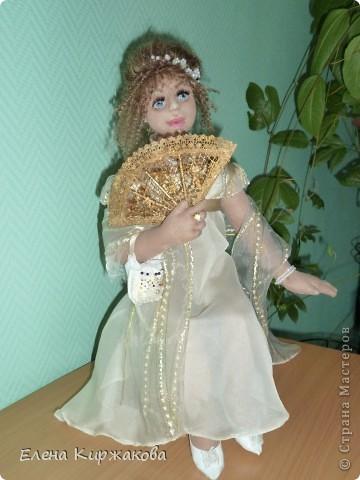 """Дамочка из эпохи начала 19 века. Наряд пыталась изобразить в стиле """"Ампир"""". Она устала после бала и присела отдохнуть. Полный рост 47 см, сидя 43 см. фото 2"""