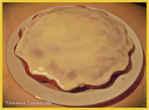 """Коврижка """"Черный жемчуг""""Вот рецепт:1 стакан кефира, 1 ч. л. соды, 3\4 стакана кислого варенья, 3\4 стакана сахара, 2 яйца, 2 стакана муки, 3 ст.л. сахарной пудры. Смешать кефир и соду, дать постоять. Смешать сахар и варенье, добавить кефир с  содой, яйца и муку, взбить.Дать тесту постоять минут 20.Затем тесто вылить в форму, выпекать 45 - 50 минутГотовую коврижку посыпать сах. пудрой в горячем виде. фото 3"""