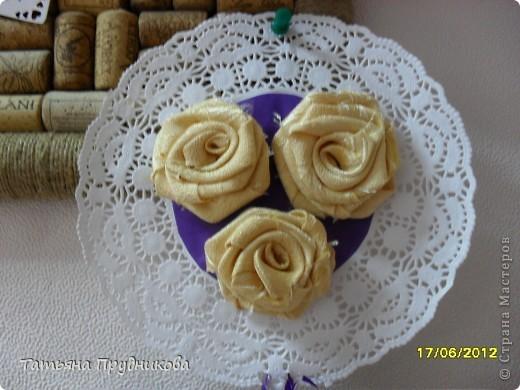 Основа - кусок светло-голубых обоев, наклеенный на картон, дырокольности в виде бабочек, сердечек, цветочков (бабочки и цветочки в буковках - из бумаги для принтера, сердечки - из самоклейки), а розочки - из остатков ткани.  фото 5