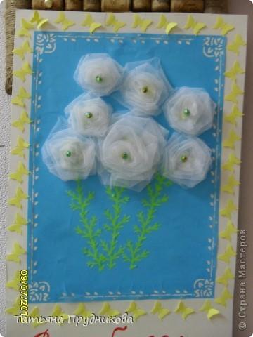 Основа - кусок светло-голубых обоев, наклеенный на картон, дырокольности в виде бабочек, сердечек, цветочков (бабочки и цветочки в буковках - из бумаги для принтера, сердечки - из самоклейки), а розочки - из остатков ткани.  фото 2