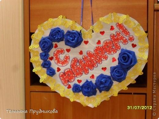 Основа - кусок светло-голубых обоев, наклеенный на картон, дырокольности в виде бабочек, сердечек, цветочков (бабочки и цветочки в буковках - из бумаги для принтера, сердечки - из самоклейки), а розочки - из остатков ткани.  фото 1