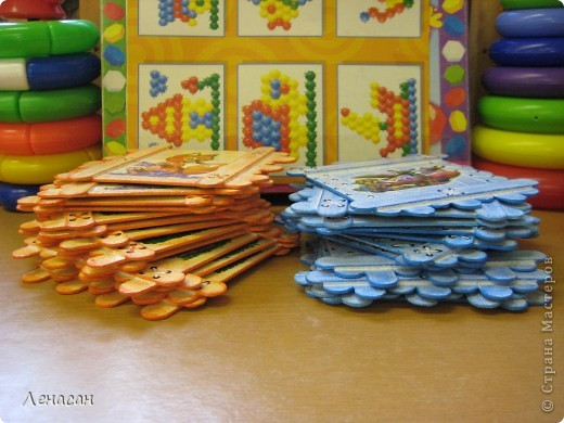 Детскому саду уже 27 лет, шкафчики в раздевальной комнате оставляют желать лучшего и мне захотелось их как-то облагородить и оживить. Увидела в интернете работы с использованием медицинских шпателей http://www.liveinternet.ru/users/4421191/post223415018/ и загорелась. Купила 200 не стирильных шпателей и началась моя работа. Для девочек выбрала салфеточки - таких бирочек 13, а для мальчиков вырезала картинки из книжек - таких бирочек 11 штук. После грунтовки использовала восковые мелки и есть набрызг. фото 9