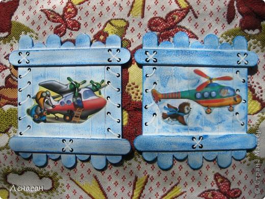 Детскому саду уже 27 лет, шкафчики в раздевальной комнате оставляют желать лучшего и мне захотелось их как-то облагородить и оживить. Увидела в интернете работы с использованием медицинских шпателей http://www.liveinternet.ru/users/4421191/post223415018/ и загорелась. Купила 200 не стирильных шпателей и началась моя работа. Для девочек выбрала салфеточки - таких бирочек 13, а для мальчиков вырезала картинки из книжек - таких бирочек 11 штук. После грунтовки использовала восковые мелки и есть набрызг. фото 6