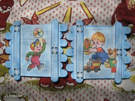 Детскому саду уже 27 лет, шкафчики в раздевальной комнате оставляют желать лучшего и мне захотелось их как-то облагородить и оживить. Увидела в интернете работы с использованием медицинских шпателей http://www.liveinternet.ru/users/4421191/post223415018/ и загорелась. Купила 200 не стирильных шпателей и началась моя работа. Для девочек выбрала салфеточки - таких бирочек 13, а для мальчиков вырезала картинки из книжек - таких бирочек 11 штук. После грунтовки использовала восковые мелки и есть набрызг. фото 5
