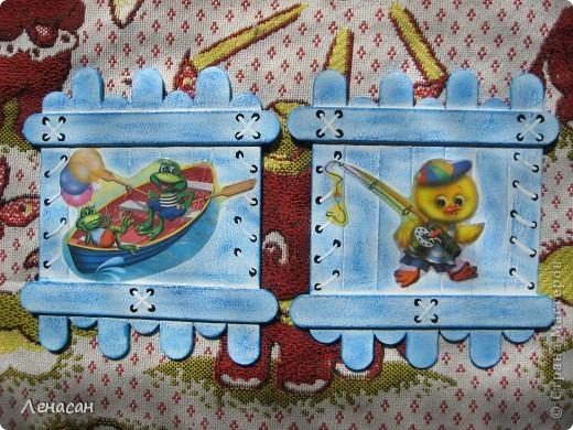 Детскому саду уже 27 лет, шкафчики в раздевальной комнате оставляют желать лучшего и мне захотелось их как-то облагородить и оживить. Увидела в интернете работы с использованием медицинских шпателей http://www.liveinternet.ru/users/4421191/post223415018/ и загорелась. Купила 200 не стирильных шпателей и началась моя работа. Для девочек выбрала салфеточки - таких бирочек 13, а для мальчиков вырезала картинки из книжек - таких бирочек 11 штук. После грунтовки использовала восковые мелки и есть набрызг. фото 4