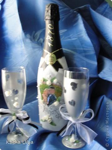 Доброго времени суток всем кто зашел ко мне в гости))) Вот решила показать вам свою первую работу в росписи бокалов и бутылки шампанского.  Сделала ее в подарок на свадьбу друзьям.  Прошу только не кидайтесь помидорами - фотограф из меня никудышный.........итак  Общий вид.... фото 1