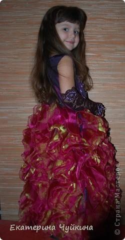 Доча к Новому году получила новый наряд. Идею платья взяла в инете, но конечно получилось по-своему. Для работы пригодилась тафта и органза. Впереди платье вышито тесьмой. К наряду прилагаются перчатки и сумочка. Перчатки из кружева, немного украсила бусинками.  фото 1