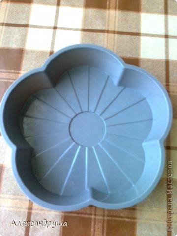 Недавно купила вот такую силиконовую форму для выпечки. Никогда такой посудой не пользовалась, да даже в руках не держала. Я ежедневно пеку хлеб (по одной булке) и в этот день решила испечь в данной форме. фото 1