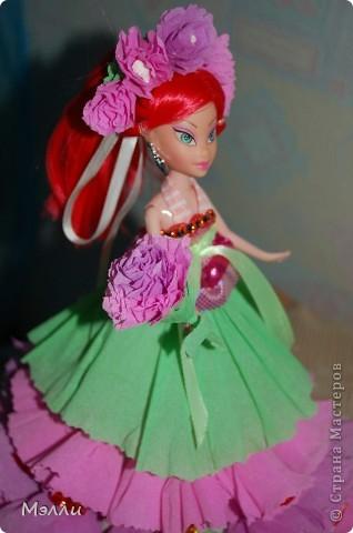 Ну очень любят девочки персонажей Винкс, вот и пришлось скрипя сердце купить дочке на день рождения Блум). И очень давно просили у меня купить конфетную куклу, да уж больно дорого стоит она в магазине, поэтому решилась сделать ее сама, соединив бесполезное с неприятным))) фото 2
