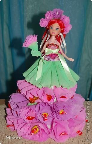 Ну очень любят девочки персонажей Винкс, вот и пришлось скрипя сердце купить дочке на день рождения Блум). И очень давно просили у меня купить конфетную куклу, да уж больно дорого стоит она в магазине, поэтому решилась сделать ее сама, соединив бесполезное с неприятным))) фото 4