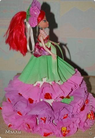 Ну очень любят девочки персонажей Винкс, вот и пришлось скрипя сердце купить дочке на день рождения Блум). И очень давно просили у меня купить конфетную куклу, да уж больно дорого стоит она в магазине, поэтому решилась сделать ее сама, соединив бесполезное с неприятным))) фото 5