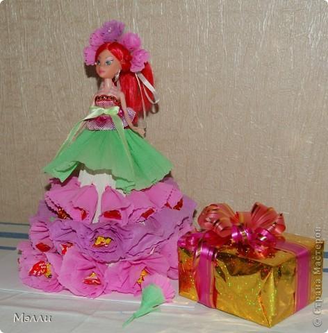 Ну очень любят девочки персонажей Винкс, вот и пришлось скрипя сердце купить дочке на день рождения Блум). И очень давно просили у меня купить конфетную куклу, да уж больно дорого стоит она в магазине, поэтому решилась сделать ее сама, соединив бесполезное с неприятным))) фото 6