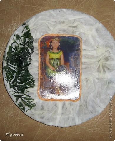 Обе бабушки у нашей дочи-июльские именинницы,поэтому у меня сотворились вот такие тарелочки в подарок  с фото любимой внучки.Две одинаковые делать неинтересно,поэтому тарелочки получились разные,но в одной цветовой гамме. фото 7