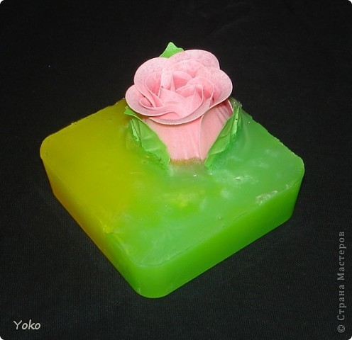 Вот такие презентики делала в подарок на день рождения. Вплавленная мыльная роза. Первый раз заливала два цвета, вот что вышло фото 2