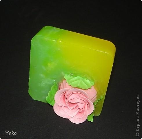 Вот такие презентики делала в подарок на день рождения. Вплавленная мыльная роза. Первый раз заливала два цвета, вот что вышло фото 1