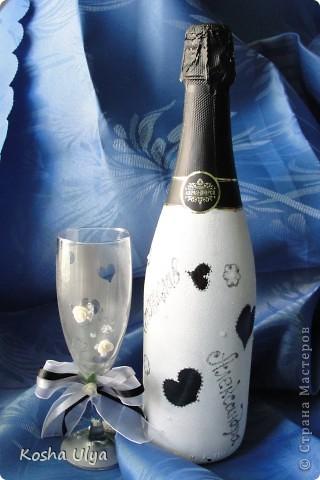 Доброго времени суток всем кто зашел ко мне в гости))) Вот решила показать вам свою первую работу в росписи бокалов и бутылки шампанского.  Сделала ее в подарок на свадьбу друзьям.  Прошу только не кидайтесь помидорами - фотограф из меня никудышный.........итак  Общий вид.... фото 2