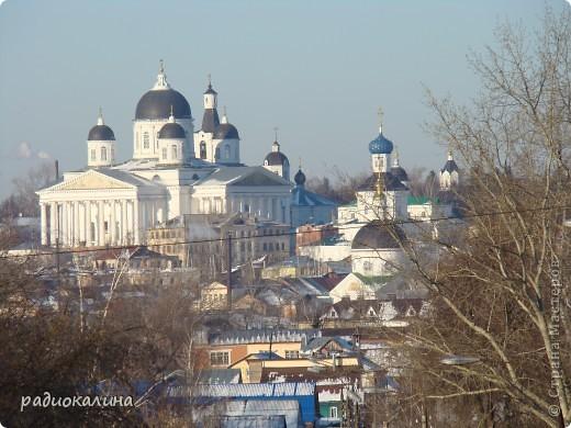 Это мой любимый город Арзамас, что в Нижегородской области. Город - маленький уютный провинциальный, но молодой активный и жизнерадостный. В нем много церквей, старинных зданий, но из любой точки города виден  собор, построенный во славу победы  русского оружия в войне 1812 года. Это очень красивый Воскресенский собор,  о нем много можно говорить, но разговор не только о красотах моего города. Я хотела рассказать о жизни , вернее о летних праздниках, которых в нашем городе предостаточно. фото 1