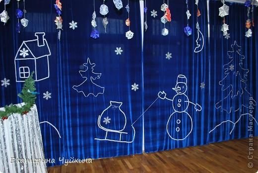 К Новогоднему утреннику в детском саду придумалась вот такая композиция. Очень удачно купился бархат, красивая серебрянная тесьма. С помощью домашних и коллег, за несколько дней сшила портьеры и выложила тесьмой эти новогодние фигурки. Задумок было много, но реализовать удалось только это.   фото 1