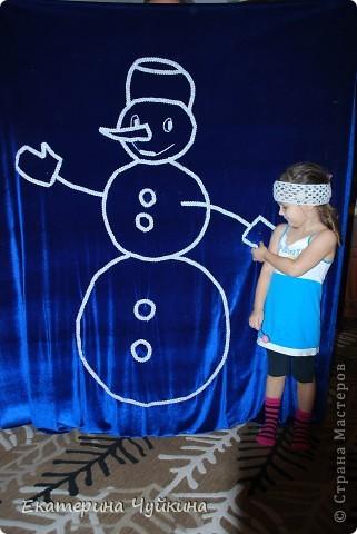 К Новогоднему утреннику в детском саду придумалась вот такая композиция. Очень удачно купился бархат, красивая серебрянная тесьма. С помощью домашних и коллег, за несколько дней сшила портьеры и выложила тесьмой эти новогодние фигурки. Задумок было много, но реализовать удалось только это.   фото 2
