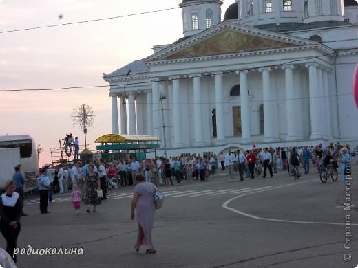 Это мой любимый город Арзамас, что в Нижегородской области. Город - маленький уютный провинциальный, но молодой активный и жизнерадостный. В нем много церквей, старинных зданий, но из любой точки города виден  собор, построенный во славу победы  русского оружия в войне 1812 года. Это очень красивый Воскресенский собор,  о нем много можно говорить, но разговор не только о красотах моего города. Я хотела рассказать о жизни , вернее о летних праздниках, которых в нашем городе предостаточно. фото 18